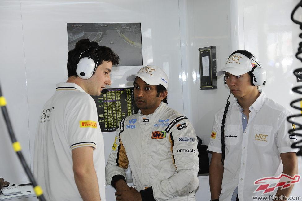 Narain Karthikeyan y Ma Qing Hua en el garaje de HRT
