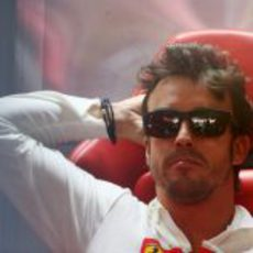 Fernando Alonso sentado en la jornada del sábado en Interlagos