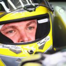 Nico Rosberg concentrado antes de los libres 3 de Interlagos