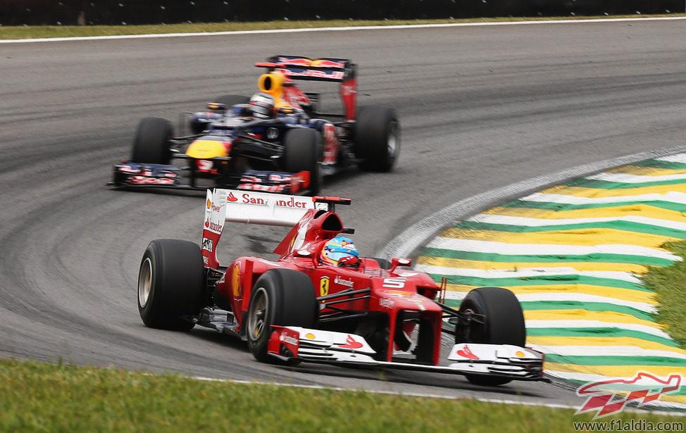 Vettel persigue a Alonso en los libres 3 de Brasil 2012