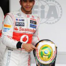 Lewis Hamilton señala su casco tras lograr la 'pole' en Brasil 2012