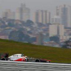 Hamilton busca el mejor tiempo de la Q3 en Interlagos
