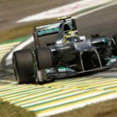 Nico Rosberg pilotando su Mercedes W03 en Interlagos