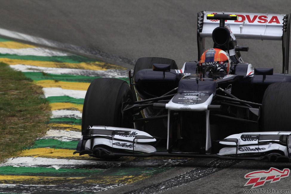 Bruno Senna sobre uno de los pianos del circuito de Interlagos