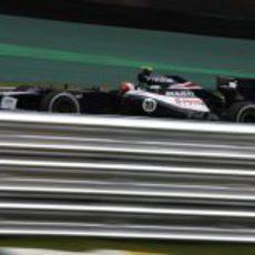 Bruno Senna junto a las protecciones del circuito de Interlagos