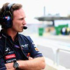 Christian Horner con gesto serio en el pit lane de Interlagos