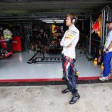 Sebastian Vettel se relaja con un poco de música antes de la clasificación
