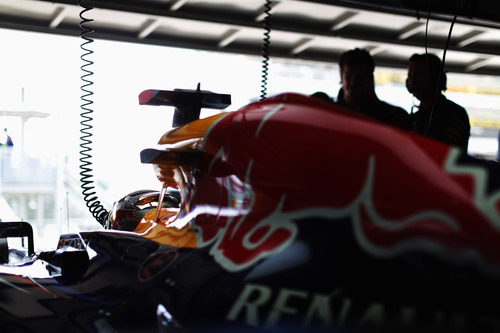 El Red Bull de Sebastian Vettel listo para salir a la clasificación