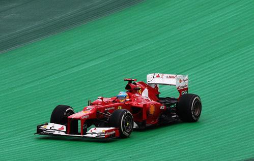 Fernando Alonso se sale de pista en la carrera de Brasil