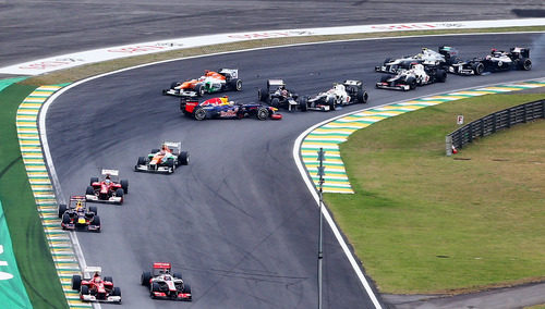 Accidente de Sebastian Vettel en la primera vuelta del GP de Brasil 2012