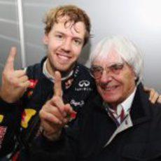 Sebastian Vettel y Bernie Ecclestone celebran el título de 2012