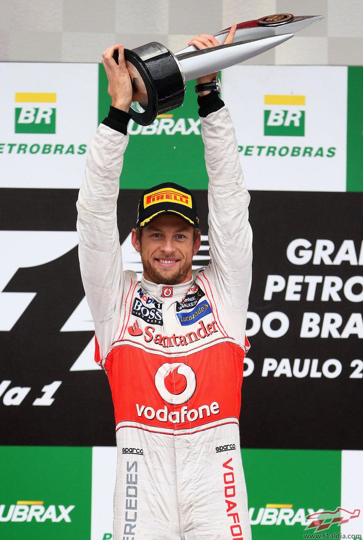 Jenson Button levanta su trofeo de ganador en el GP de Brasil 2012