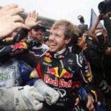 Vettel explota de felicidad al bajarse del RB8 en Brasil