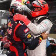 Vettel y Schumacher se abrazan tras la carrera de Brasil 2012