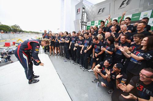 Vettel hace una reverencia ante su equipo en Brasil