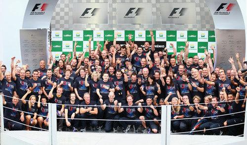 Todo el equipo Red Bull en el podio de Interlagos