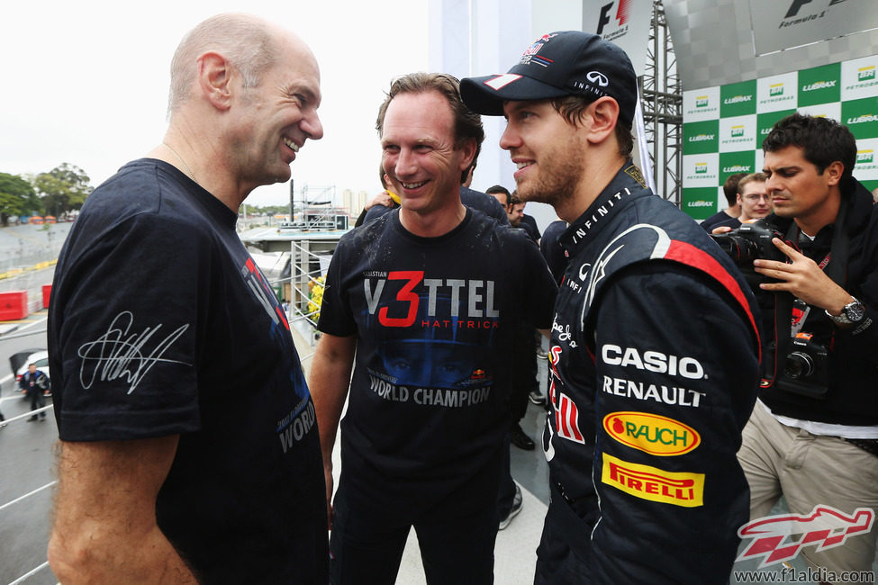 Newey, Horner y Vettel hablan en el podio de Brasil 2012