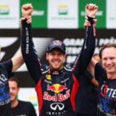 Adrian Newey, Sebastian Vettel y Christian Horner, los ganadores de 2012