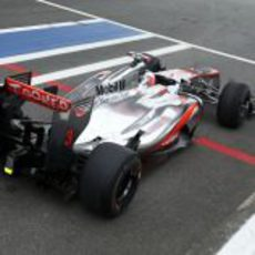 Jenson Button espera para salir a disputar la clasificación en Brasil