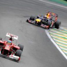 Fernando Alonso rueda por delante de Sebastian Vettel en Brasil