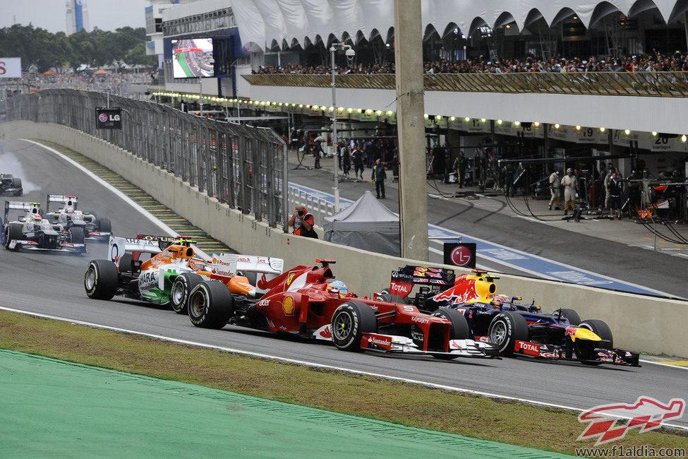 Fernando Alonso adelanta a Webber en la salida del GP de Brasil 2012