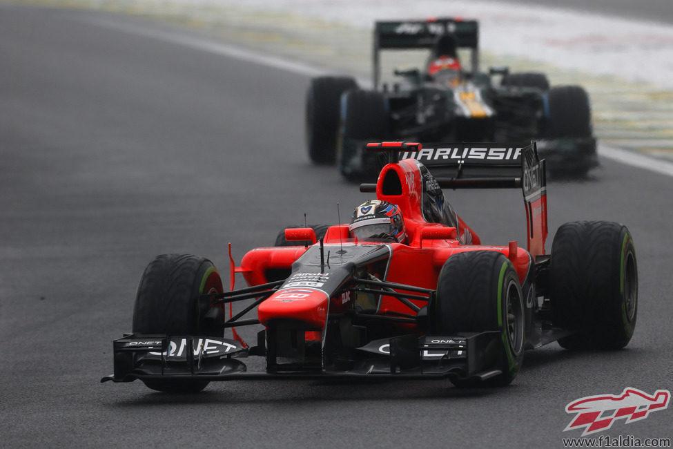 Timo Glock rueda por delante de un Caterham en Interlagos