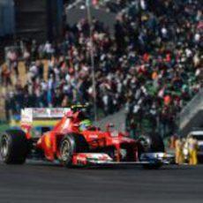 Felipe Massa rueda delante de todos los aficionados texanos