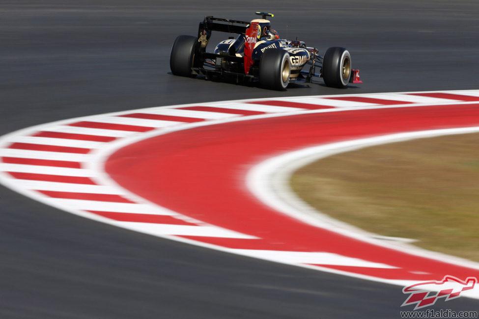Romain Grosjean coge una curva en el COTA