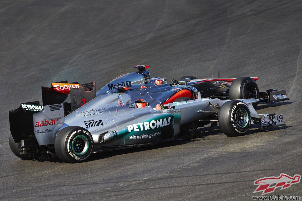 Michael Schumacher lucha cara a cara con Jenson Button en Austin