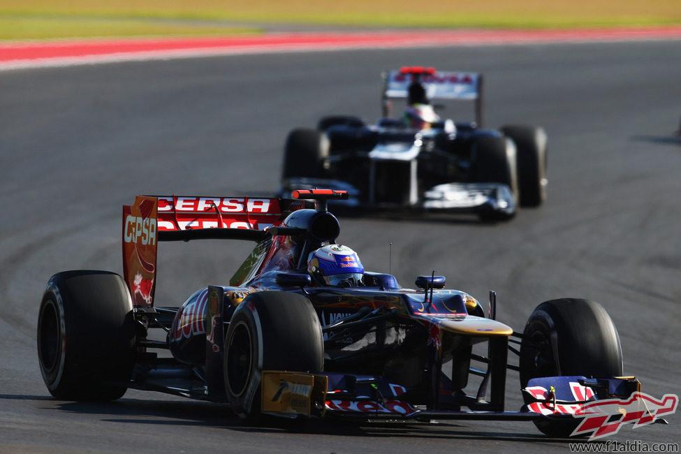 Daniel Ricciardo rueda por delante de Pastor Maldonado en Austin