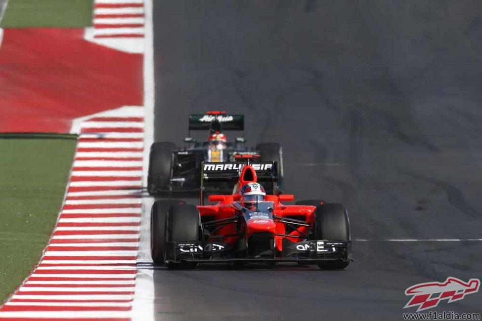 Timo Glock rueda por delante de Heikki Kovalainen en Austin