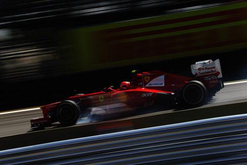 Felipe Massa con el Ferrari en los libres de Brasil