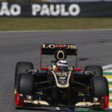 El Lotus E20 de Kimi Räikkönen rueda en Interlagos