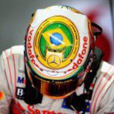 Hamilton con su casco especial para Interlagos