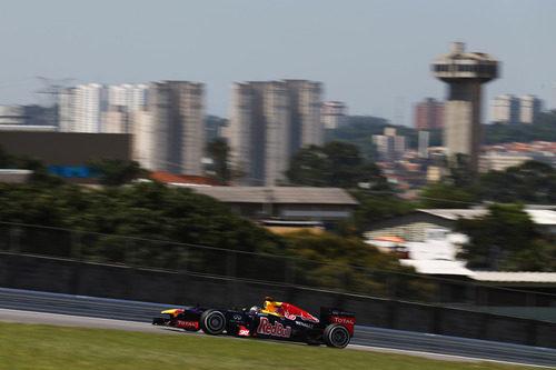 Sebastian Vettel rueda en los libres del GP de Brasil 2012