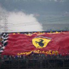 Gran bandera de Ferrari en Brasil 2012