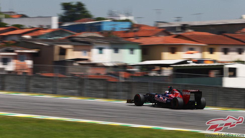 Daniel Ricciardo trata de mejorar los tiempos en Interlagos