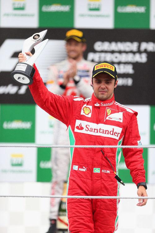 Felipe Massa levanta su trofeo de tercero en el GP de brasil 2012