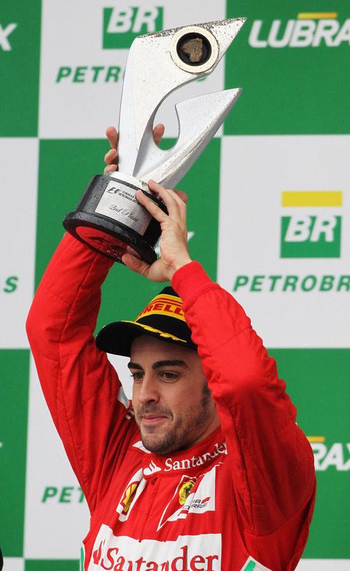Fernando Alonso levanta su trofeo de segundo en el GP de Brasil 2012