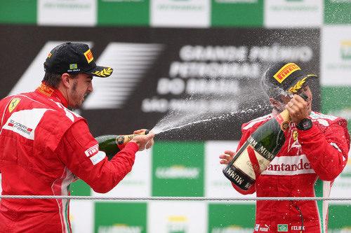 Los dos pilotos de Ferrari en el podio de Brasil 2012