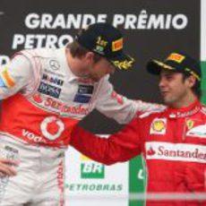 Button consuela a Massa en el podio de Interlagos 2012