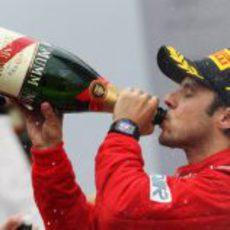 Felipe Massa bebe champán en el podio de Interlagos