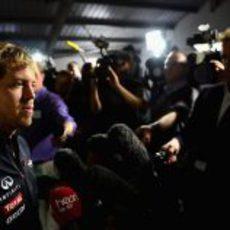 Vettel atiende a la prensa en Milton Keynes