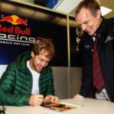 Sebastian Vettel firma autógrafos en la sede de Red Bull