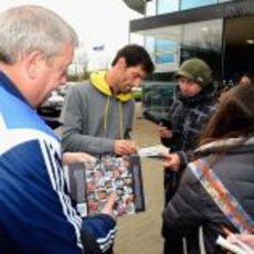 Mark Webber firma autógrafos en la sede de Red Bull