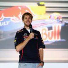 Sebastian Vettel habla sonriente en Milton Keynes