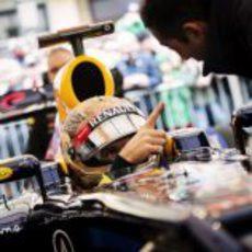 Vettel recibe las últimas instrucciones en Graz
