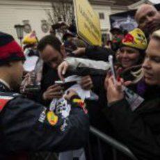 Vettel firma autógrafos a las aficionadas en Graz