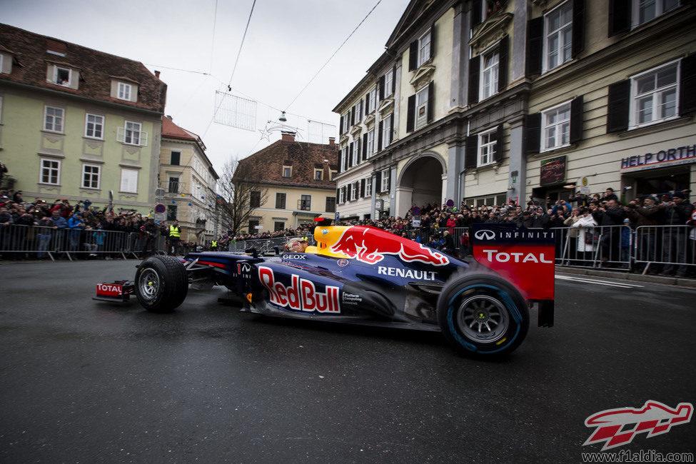 Vettel pilota el RB8 en las calles de Graz