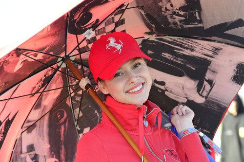 Una de las chicas de Ferrari en Cheste